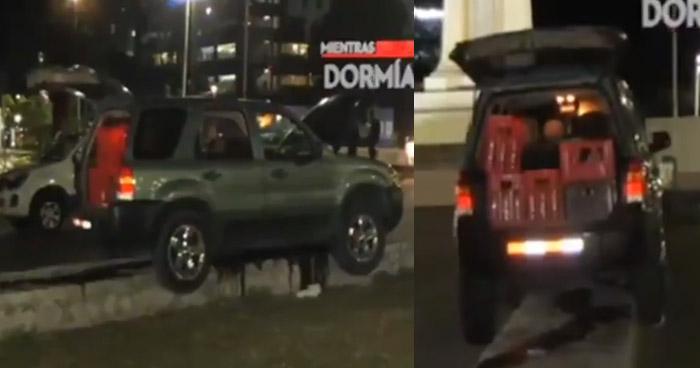 Tres jóvenes ebrios pierden el control de su vehículo y se suben al arriate en la plaza Salvador del Mundo