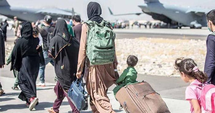 Atentado suicida afuera del aeropuerto de Kabul deja al menos 13 muertos