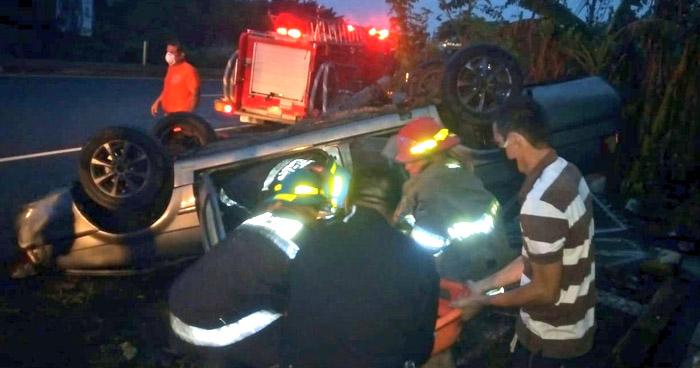 Conductor lesionado tras volcar su vehículo en carretera de Sonsonate