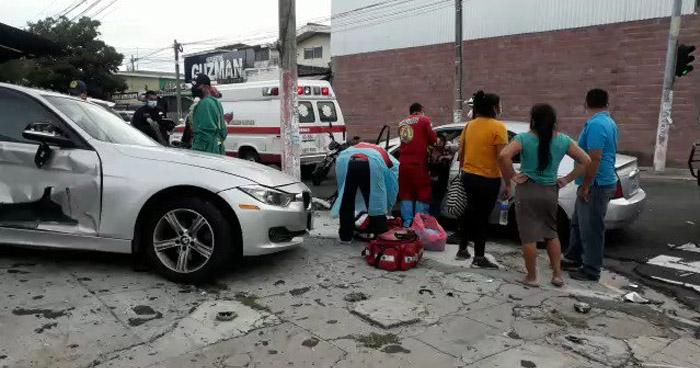 Tres lesionados tras fuerte choque en 29 Calle Poniente de San Salvador