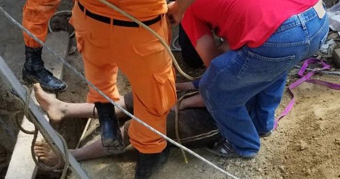 Rescatan a jóvenes inconscientes del interior de un pozo de 15 metros de profundidad