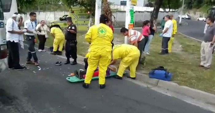 Mujer embarazada entre 5 heridos tras choque de microbús en Bulevar Universitario