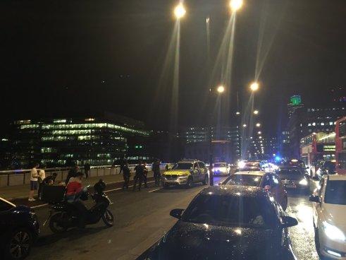 Camioneta embiste a varios peatones en puente de Londres