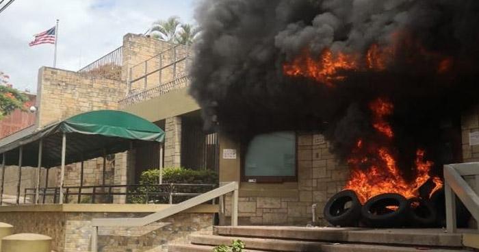 Manifestantes incendian la entrada principal de la Embajada de Estados Unidos en Honduras