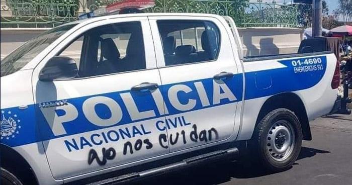 Activistas de marcha feminista manchan patrullas de la PNC y muros del Palacio Nacional