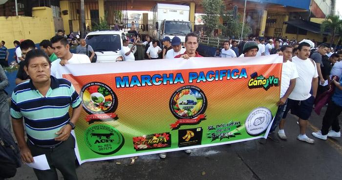 Vendedores del Mercado La Tiendona marchan hacia la Alcaldía de San Salvador