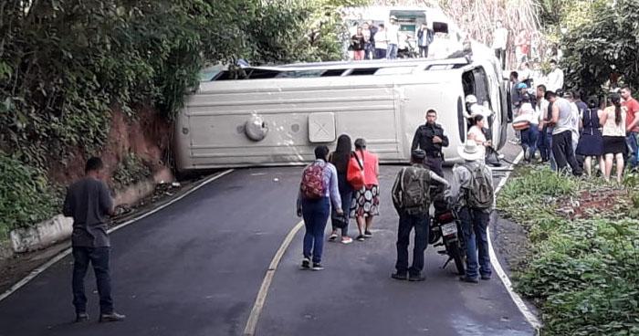 Niña rescatada del interior de un microbús volcado en Sensuntepeque