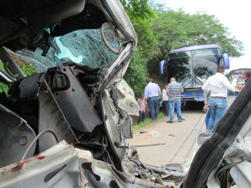 Autobús de la R-305 se impacta contra un microbús sobre la Ruta Militar San Miguel