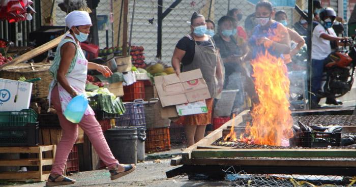 Vendedores de Mejicanos quitaron y quemaron vallas que regulaban ingreso al mercado