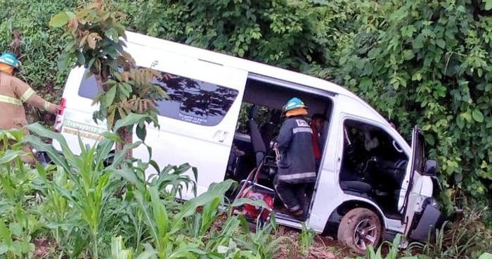 Turistas lesionados luego de accidentarse y terminar en un barranco de 10 metros de profundidad