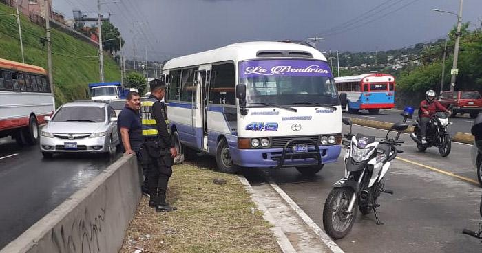 Decomisan microbus que quedó atrapado en separadores del Bulevar del Ejército
