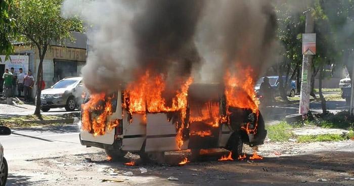 Microbús se incendia sobre la 75 avenida norte en San Salvador