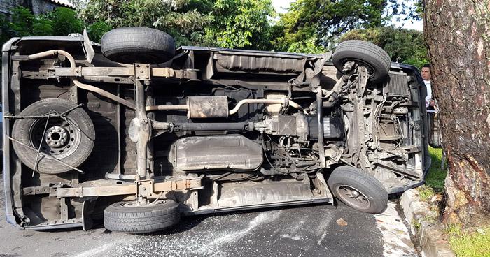 Cuatro niños lesionados tras vuelco de microbús escolar en Santa Tecla
