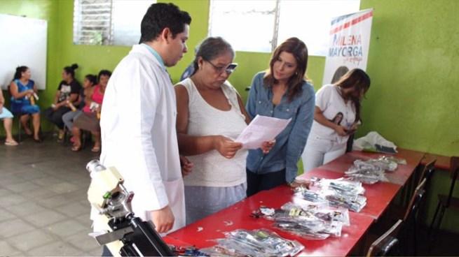 Milena Mayorga vuelve a causar polémica por recetar y regalar lentes en Soyapango