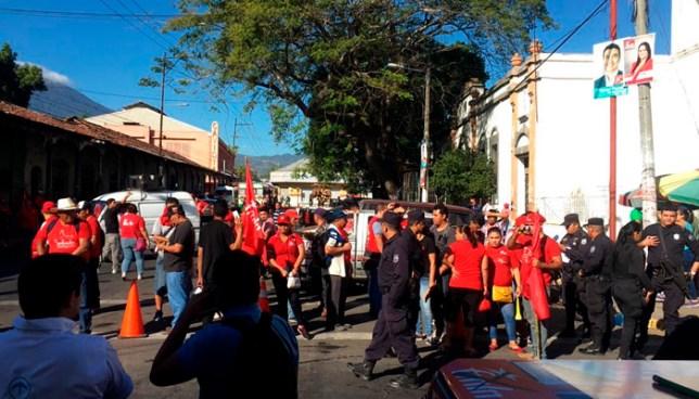 Militantes del FMLN cerraron calle donde se realizaría evento del movimiento Nuevas Ideas de Nayib Bukele