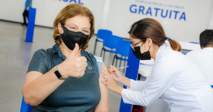Ministra de Educación recibe la vacuna contra el COVID-19