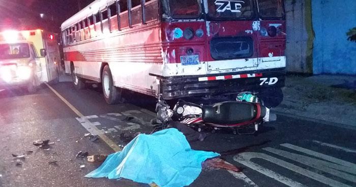 Motociclista muerto y dos mujeres lesionadas tras choque en calle Agua Caliente
