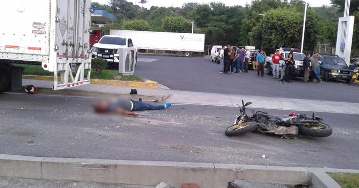Motociclista muere tras ser embestido por un pick up en Altavista