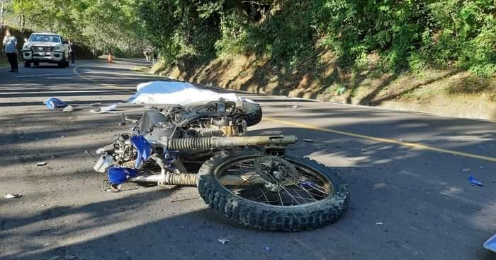 Muere motociclista tras ser arrollado por un camión en San Miguel