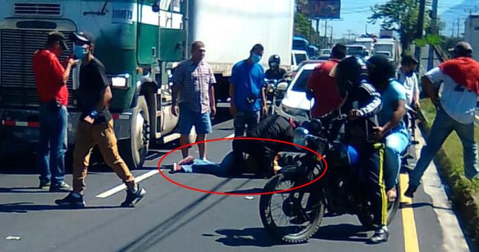 Muere motociclista tras ser arrollado por una rastra en Bulevar del Ejército, Soyapango