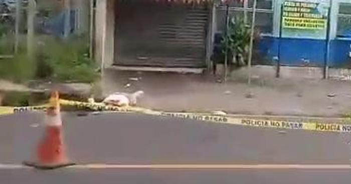 Muere motociclista tras chocar con una rastra en carretera al Puerto de La Libertad