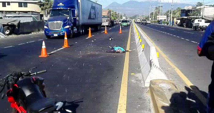 Rastra embistió y mató a un motociclista en carretera a Sonsonate