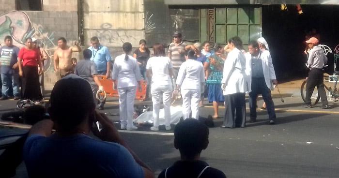 Motociclista muere al ser arrollado por una rastra en Lourdes