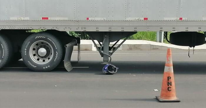 Motociclista pierde la vida al ser arrollado por una rastra en Zacatecoluca