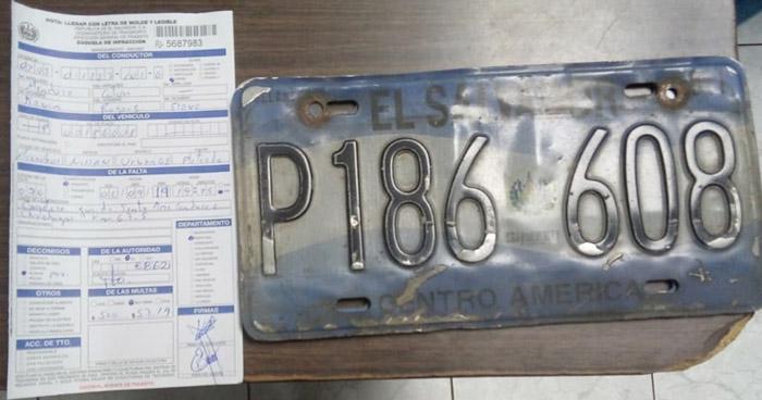 Decomisan placas a motorista que agredió a trabajador de FOVIAL por hacer viajes sin permisos