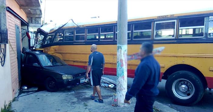 Conductor de autobús Ruta 42 choca contra una vivienda en Santa Tecla