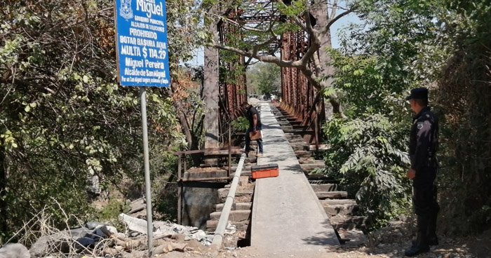 Hombre muere al caer de un puente en San Miguel