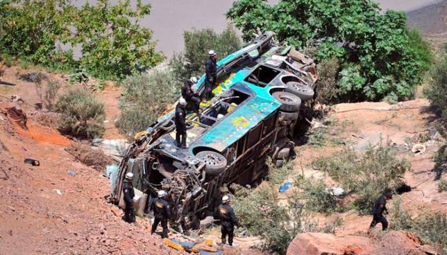 Autobús cae a un precipicio en el sur de Perú y deja más de 40 muertos