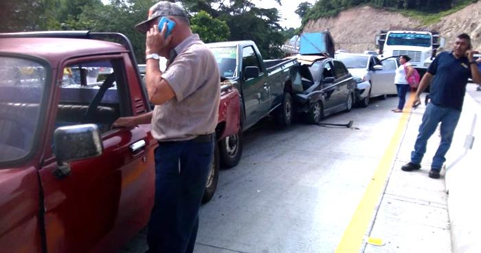 Nueve vehículos involucrados en múltiple choque en carretera al Puerto de La Libertad