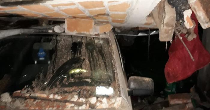 Muro cayó sobre vehículo en Ciudad Arce tras terremoto de 6.8