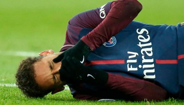 Alarmas encendidas en París y Brasil: Neymar se fue en camilla y lesionado del tobillo