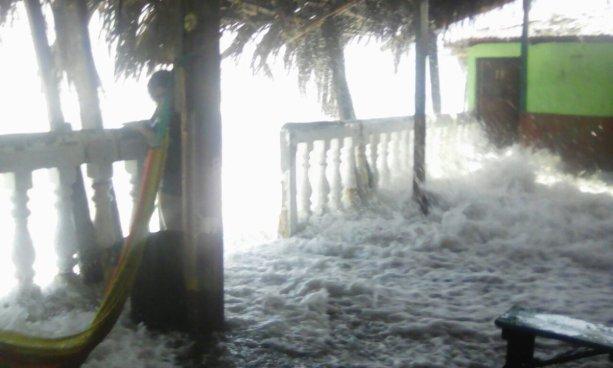 Incremento de oleaje inunda ranchos en playas de La Libertad