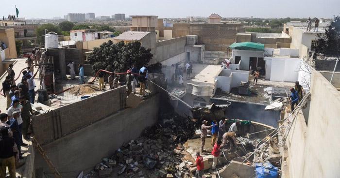Avión con 107 personas a bordo se estrella en zona residencial de Karachi, Pakistán