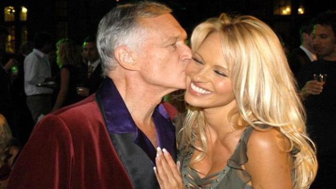 Video: Pamela Anderson la favorita' le da el último adiós a Hugh Hefner