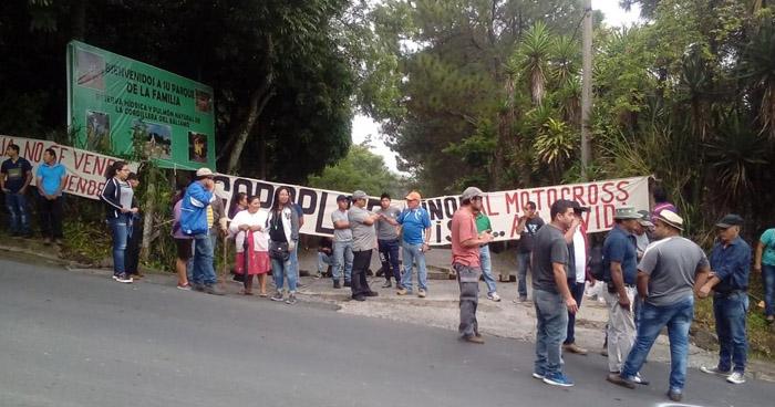 Habitantes de Panchimalco protestan en la entrada del parque de la Familia en contra de una competencia de Motocross