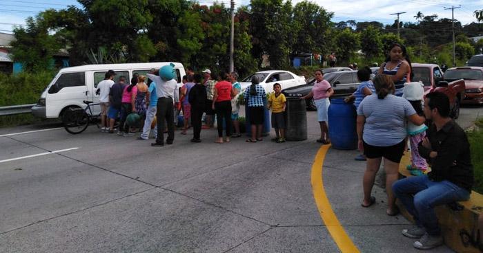 Habitantes de la colonia Altavista cierran paso en carretera de Oro por falta de agua