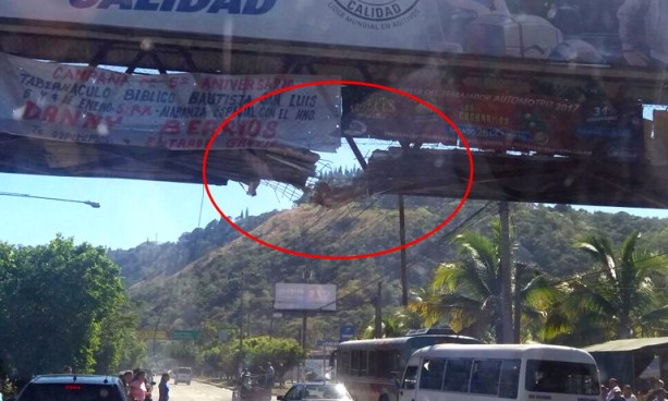 Rastra provoca el desplome de una parte de una pasarela en carretera Comalapa