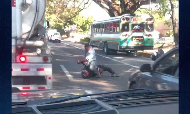 Captan pelea entre automovilista y motociclista en plena carretera Panamericana