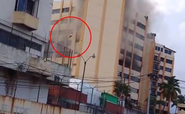 Difunden vídeo de una persona que se lanzó del edificio en llamas del Ministerio de Hacienda