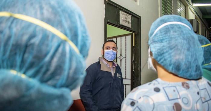 """Cerca de """"una docena"""" del personal de salud está infectado con COVID-19"""