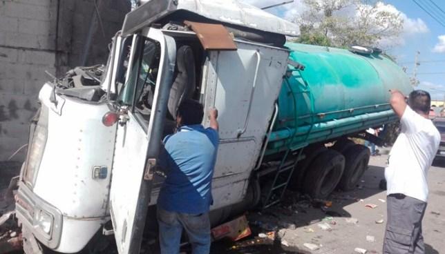 Camión cisterna pierde los frenos y se estrella contra una fabrica en Quezaltepeque
