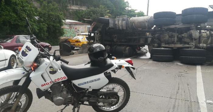 Pipa volcó en la carretera Troncal del Norte y causa caos vehicular