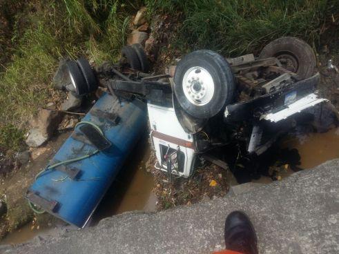 Camión cae a barranco en carretera al Puerto de la Libertad, conductor lesionado