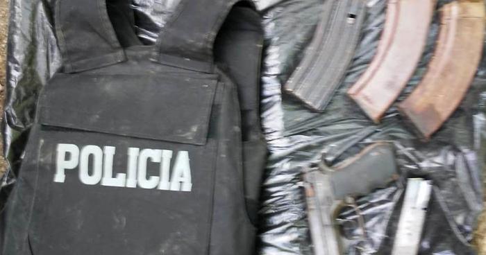 Hallan chaleco antibalas de la Policía, armas y municiones en casa destroyer en San Salvador