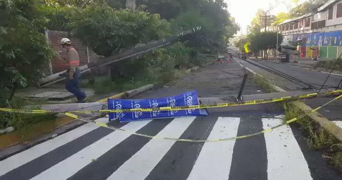 Continúa obstruido el paso en calle el Mediterráneo por postes caídos