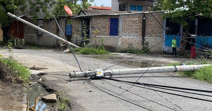 Fuerte lluvia de anoche derribó postes del tendido eléctrico en colonia de San Miguel
